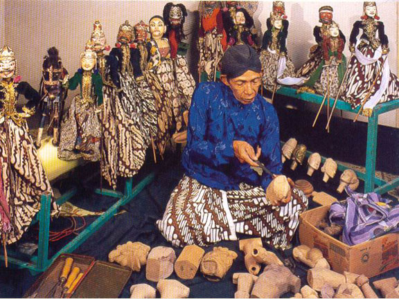 One of wood puppets-making process made by Ki Sukarno.Source: Chamamah Soeratno, et.al. (ads.), 2002. Kraton Jogja: The history and cultural heritage
